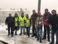 ATMOSFER - Buca'da Karda Mahsur Kalanlara Başkan Piriştina Yetişti
