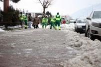İŞ MAKİNESİ - Bursa'da Şehir Merkezindeki Buzlar Temizlendi