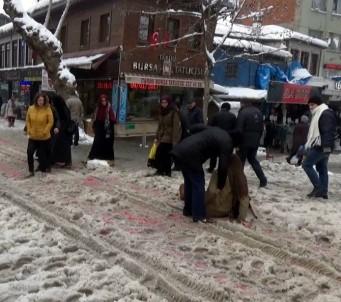 Buz pistine dönen kaldırımlarda Bursalılar zor anlar yaşadı