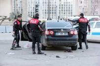 Çatışmanın Ardından Polis Ekipleri Durdurdukları Araçta 2 Kişiyi Gözaltına Aldı
