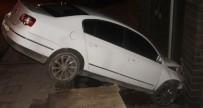 El Freni  Çekilmeyen Otomobil Binaya Çarptı Açıklaması 1 Yaralı