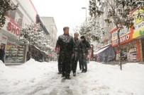 KÜÇÜKÇEKMECE BELEDİYESİ - Küçükçekmece'de Karla Mücadele Aralıksız Devam Ediyor