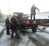 Muhtar Ve Azalar Buzlu Yolda Tuzlama Yaptı