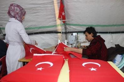 Suriyeliler Türk Bayrağı dikiyor