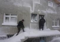 ÖĞRENCİ SERVİSİ - Öğrenci Servisi Kar Fırtınasında Mahsur Kaldı