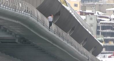 Haliç Metro Köprüsü'nden böyle atladı