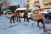 TRAFİK SORUNU - Şehzadeler'de Kar Temizleme Çalışmaları