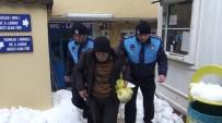 AHMET MISBAH DEMIRCAN - Sokakta Yaşayan Yılmaz Dedenin İmdadına Beyoğlu Zabıtası Yetişti