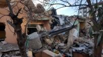 Yıkım Sırasında Ev Çökünce İş Makinesi Devrildi