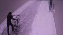 ASGARI ÜCRET - Ayakkabı çalmaya geldi, bisikleti alıp gitti