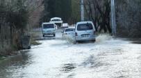 Burhaniye'de Yağmurlar Zeytine İlaç Olurken, Trafiği Aksattı