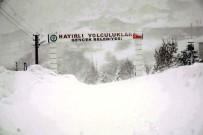 Derebucak'ta Kar Yüksekliği İnsan Boyunu Aştı