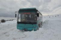 YARıMCA - Halk Otobüsü Kara Saplandı Yolcular 1 Saat Mahsur Kaldı