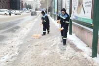 KAR KÜREME ARACI - Odunpazarı'nda Biriken Kar Ve Buz Kütleleri Temizleniyor