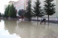SAĞANAK YAĞMUR - Okul Bahçesi Göle Döndü, Öğrenciler Teneffüse Çıkamadı