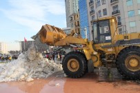 TAKSIM MEYDANı - Taksim Meydanı'ndaki Karlar İş Makinaları İle Temizlendi