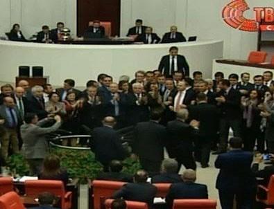 CHP'liler kürsüyü işgal etti, kavga çıktı