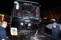 AYDINLATMA DİREĞİ - Yolcu Otobüsü Kaza Yaptı Açıklaması 4 Yaralı