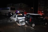 AYDINLATMA DİREĞİ - Yozgat'ta Yolcu Otobüsü Kaza Yaptı Açıklaması 4 Yaralı
