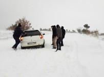 MAHSUR KALDI - Hisarcık'ta Öğretmenlerin İçinde Bulunduğu 4 Araç Yolda Mahsur Kaldı