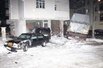 Kar Ve Buzlu Yolda Kayan Kamyon Panik Yaşattı