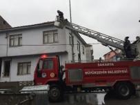 Çatıda Mahsur Kalan Kedi İtfaiye Ekiplerince Kurtarıldı