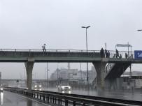 E-5 KARAYOLU - Metrobüs Üst Geçidinde İntihara Kalkışan Genci Polis Böyle Kurtardı