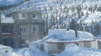 YAĞAN - Anamur'da Yayla Evlerinin Çatıları Kara Dayanamadı