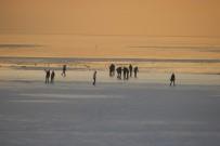 MAHSUR KALDI - Buz Tutan Gölde Tehlikeli Yürüyüş