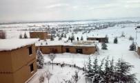 YAĞAN - Kerpiç Evlerin Çatıları Çökme Tehlikesine Karşın Kardan Temizleniyor