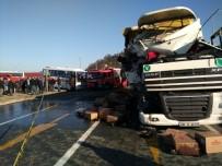 YOLCU MİDİBÜSÜ - Rize'de çay yüklü TIR yolcu midibüsü ile çarpıştı