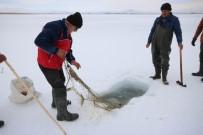 İBRAHIM ERDOĞAN - Buz Tutan Gölde Eskimo Usulü Balık Avı