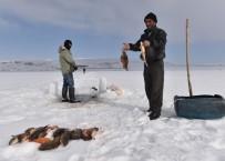 AYNALı SAZAN - Donan Gölde Zorlu Balık Avı
