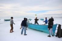 İBRAHIM ERDOĞAN - Konya'da Balıkçılar Donan Gölde Voleybol Oynadı
