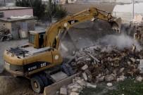 KAZANLı - Sel Sularının Tahrip Ettiği Ev, Sahiplerinin Talebi Üzerine Yıkıldı