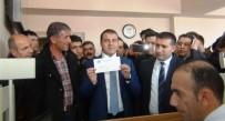 KİMLİK NUMARASI - Erciş'te İlk Çipli Nüfus Cüzdanı Kaymakam Yaşar'a Verildi