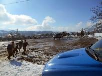 Karda Mahsur Kalan Köylüler Helikopterle Kurtarıldı