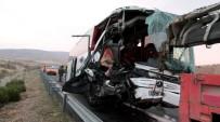 ERSİN ARSLAN - Yolcu Otobüsü Tıra Çarptı Açıklaması 8 Yaralı