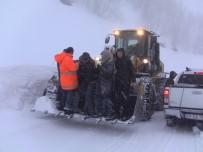 Artvin'de Karda Mahsur Kalan Öğretmenleri Karayolları Ekipleri Kurtardı