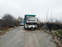 ONARIM ÇALIŞMASI - Kırkağaç'ta İki Mahallenin Yolu Onarıldı