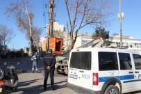 ADIYAMAN VALİLİĞİ - Valilik Önünde Bomba Gibi Patlayan Elektrik Telleri Paniğe Neden Oldu