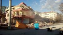 Yerköy'de Depremden Hasar Gören Binanın Yıkımı Gerçekleştirildi
