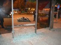 ADNAN KAHVECI - Adana'da Motosiklet Otobüs Durağına Daldı Açıklaması 5 Yaralı