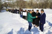HASTALıK - Bu Köyde Öpmek Yasak