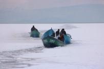 BALIKÇI TEKNESİ - Buz Kütlesine Çarpan Tekne Batınca Balıkçı Çift Ölümden Döndü