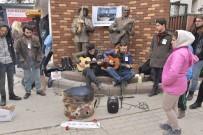SOKAK SANATÇILARI - Donarak Hayatını Kaybeden Sokak Müzisyeni İçin Yürekleri Isıtan Türküler