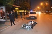 ADNAN KAHVECI - Motosiklet Otobüs Durağına Daldı Açıklaması 5 Yaralı