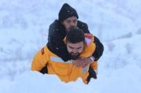 KAR KÜREME ARACI - 112 Görevlisi Hastayı Metrelerce Sırtında Taşıdı