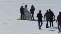 PORSUK - Donan Gölde Motosikletli Gençler Drift Yapıp Tekne Kaydırdı