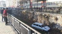 DİREKSİYON - Tokat'ta Otomobil Dereye Uçtu Açıklaması 1 Yaralı
